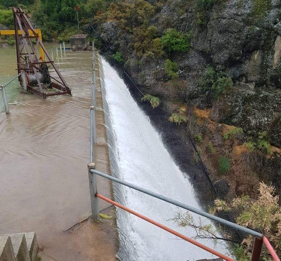 Αυξήθηκε η εισροή νερού στον Κούρη καλοκαιριάτικα (βίντεο/εικόνες)