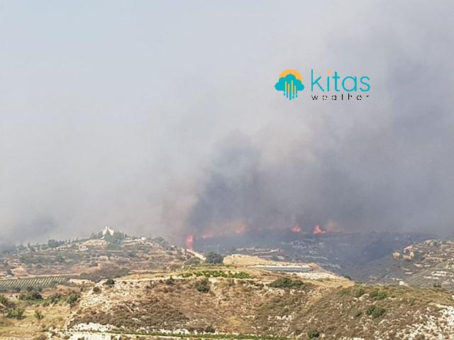 Παραμένει εκτός ελέγχου η πυρκαγιά στην επαρχία Λεμεσού - Πλησίασε μεμονωμένη κατοικία (ΕικόνεςΒίντεο)